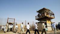 Des détenus lors de leur libération le 23 juin 2006 de la prison d'Abou Ghraib [Wathiq Khuzaei / Pool/AFP/Archives]