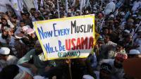 """Des sunnites pakistanais manifestent contre le film anti-islam à Lahore le 23 septembre 2012, brandissant une pancarte """"Maintenant, tous les musulmans seront des Oussama"""" [Arif Ali / AFP]"""