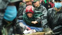 Une mère pleure le 13 mai 2008, alors que des soldats emportent le corps de son fils tué dans l'effondrement de son école lors d'un séisme dans la province chinoise du Sichuan [Teh Eng Koon / AFP/Archives]