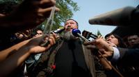 L'artiste chinois Ai Weiwei s'adresse aux médias étrangers en sortant d'un tribunal de Pékin, le 27 septembre 2012 [Ed Jones / AFP/Archives]
