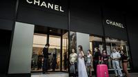 Des clients font la queue devant l'entrée d'un magasin de luxe à Hong Kong, le 28 septembre 2012 [Philippe Lopez / AFP/Archives]