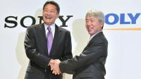 Les PDG de Sony, Kazuo Hirai (g) et d'Olympus Hiroyuki Sasa, le 1er octobre 2012 à Tokyo [Kazuhiro Nogi / AFP/Archives]