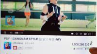 """Une personne montre le 21 décembre 2012 le nombre de """"vues"""" du clip de """"Gangnam Style"""" [Kim Jae-Hwan / AFP/Archives]"""