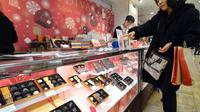 Une Japonaise dans une boutique de chocolats, à Tokyo, le 13 février 2013
