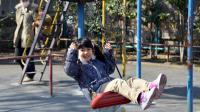 Une petite fille dans un parc à Tokyo [Yoshikazu Tsuno / AFP/Archives]