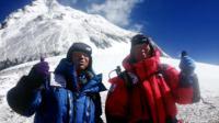 Yuichiro Miura, Japonais de 80 ans (droite), et son fils Gota posent au moment de quitter le camp C4 pour accéder au sommet de l'Everest, le 22 mai 2013 [Miura Dolphins / Miura Dolphins/AFP]