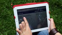 Une jeune utilise une tablette [Hector Guerrero / AFP/Archives]
