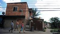 A Vila Autodromo, en bordure du lac de Jacarepagua à l'ouest de Rio, il n'y a ni trafiquants ni miliciens. Les 3.000 habitants de cette favela verdoyante dorment la porte ouverte mais ils vivent aujourd'hui sous la menace d'une expulsion en vue des JO de 2016.[AFP]
