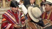 Photographie transmise par la présidence bolivienne d'Evo Morales félicité par des supporters Aymara, le 26 octobre 2012 à La Paz [Freddy Zarco / Presidencia/AFP/Archives]
