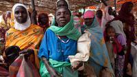 Photo publiée par la mission conjointe des Nations unies et de l'Union africaine au Darfour (Unamid), le 18 octobre 2012 montre des femmes soudanaises faisant la queue à un point de distribution de nourriture [Albert Gonzalez Farran / Unamid/AFP]