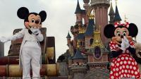 Minnie Mouse (d) avec sa tradionnelle robe à pois, en compagnie de Mickey, à Disneyland Paris en 2003 [Mehdi Fedouach / AFP/Archives]