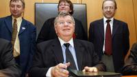Le PDG de France Télécom, Didier Lombard (c) signe le 21 décembre 2006 au siège de France Télécom à Paris un accord avec l'ensemble des syndicats [Loic Venance / AFP]
