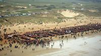 """Vue aérienne prise le 25 mars 2007, montrant des personnes formant le nom du collectif """"Le peuple des dunes"""" sur une plage d'Erdeven, lors d'une manifestation contre un projet d'extraction de sable au large de la presqu'île de Quiberon, au sud de la Bretagne [Gérard Guilias / AFP/Archives]"""