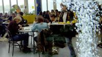 Les cuisiniers du restaurant scolaire du lycée Le Verrier à Saint-Lô proposent aux élèves, le 15 octobre 2007 [Mychele Daniau / AFP/Archives]