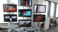 Des écrans diffusent les premières images des sept nouvelles chaînes gratuites de la TNT en Ile-de-France, en mars 2008 au siège du CSA [Stephane de Sakutin / AFP/Archives]