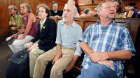 """Quelques-uns des """"faucheurs volontaires"""" et José Bové (d), le 2 juillet 2008 au tribunal de Carcassonne [Lionel Bonaventure / AFP/Archives]"""
