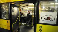 """Des SDF boivent un café le soir de Noël dans le Bus de l'association """"Les Enfants du Canal"""", le 24 décembre 2008 à Paris [Stephane de Sakutin / AFP/Archives]"""