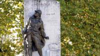 Une statue de soldat devant un monument aux morts célébrant la mémoire des Poilus de la Première Guerre mondiale en France [Jean-Pierre Muller / AFP/Archives]