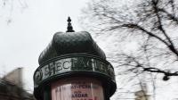 Une colonne Morris à Paris affichant les différents spectacles de théâtre joués dans la capitale [Loic Venance / AFP/Archives]