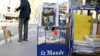 Des présentoirs vides dans un kiosque à Paris [Emmanuel Glachant / AFP/Archives]