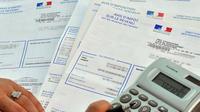 Une personne consulte son avis d'impôt sur le revenu 2010, le 20 septembre 2010 à Lille.
