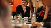 """Le présentateur du magazine """"des mots de minuit"""" Philippe, le 14 décembre 2005 au café-bistrot Saint-Antoine à Paris [Olivier Laban-Mattei / AFP/Archives]"""