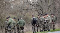 Des gendarmes effectuent des recherches dans les environs de Bouloc, le 17 février 2011, après la dispartion d'une joggeuse [Eric Cabanis / AFP/Archives]