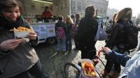 Des gens achètent des barquettes de frites le 17 février 2011 à Louvain, en Belgique