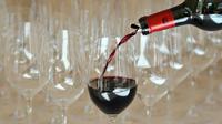 Des verres et une bouteille de vin [Pierre Andrieu / AFP/Archives]