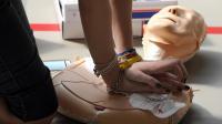 Une volontaire s'entraîne à la pratique du massage cardiaque sur un mannequin, le 9 avril 2011 à Ammerschwihr dans le Haut-Rhin [Patrick Hertzog / AFP]