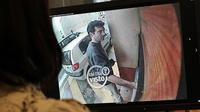 Une femme visionne le 11 mai 2011 une video surveillance de  Xavier Dupont de Ligonnes effectuant un retrait d'argent à  Roquebrune-sur-Argens [Thomas Coex / AFP/Archives]