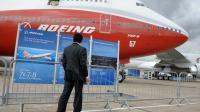 Un homme regarde le Boeing 747-8 au salon du Bourget à Paris le 20 juin 2011 [Eric Piermont / AFP/Archives]