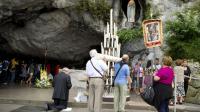 Des pèlerins se recueillent devant la statue de la vierge Marie le 15 août 2011 à Lourdes [Pascal Pavani / AFP/Archives]
