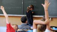 Une élève au tableau noir dans une salle de classe [Frank Perry / AFP/Archives]