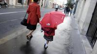 Une mère et sa fomme sur le chemin de l'école en 2011 à Paris [Johanna Leguerre / AFP/Archives]