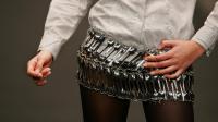 Une mini-jupe fabriquée avec des petites cuillères par Ricardo Dourado présentée par un mannequin, lors d'un défilé le 10 mars 2006 à Lisbonne, au Portugal [Nicolas Asfouri / AFP/Archives]