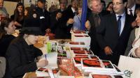 François Hollande, alors candidat à la présidence de la République, présent à la signature du livre d'Amélie Nothomb (g), le 4 novembre 2011 à Brive [Jean-Pierre Muller / AFP/Archives]