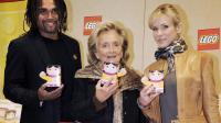 Bernadette Chirac (C), la chanteuse Lorie (D) et l'ex-footballeur Christian Karembeu (G) le 5 janvier 2012 à l'Hôpital Raymond Poincaré à Garches, lors du lancement de la 23ème opération Pièces Jaunes [Bertrand Guay / AFP/Archives]