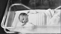 Photo prise le 24 février 1982, du 1er bébé éprouvette français, Amandine, à l'Hopital Antoine Béclère de Clamart. [ / AFP/Archives]