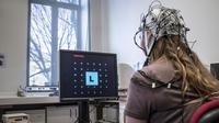 Une jeune femme munie d'un casque à électrodes fait des tests au Centre de recherches neuroscientifiques de Lyon, le 15 mars 12012 [Jean-Philippe Ksiazek / AFP/Archives]