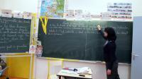 Une institutrice écrit au tableau [Pierre Verdy / AFP/Archives]