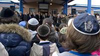 Des élèves de l'école juive Gan Rachi observent une minute de silence, à Toulouse le 20 mars 2012, après la tuerie d'Ozar Hatorah [Pascal Pavani / AFP/Archives]