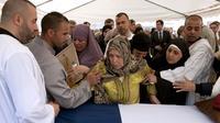 La famille de Mohammed Legouad, l'uu parachutiste tué par Merah, lors des obsèques le 15 mars 2012 à Montauban [Philippe Merle / AFP/Archives]