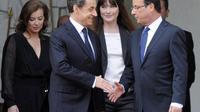Nicolas Sarkozy, Carla Bruni, François Hollande et Valérie Trierweiler sur le perron de l'Elysée à l'issue de la passation de pouvoir entre les deux présidents, le 15 mai 2012 à Paris [Philippe Wojazer / AFP/Archives]