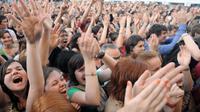 Le public acclame  Sharon Jones and the Dap-Kings, lors du festival Art Rock de Saint-Brieuc, le 25 mai 2012 [Fred Tanneau / AFP/Archives]