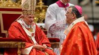 Le pape Benoît XVI (g) et l'évêque argentin Alfredo Horacio Zecca, le 29 juin au Vatican [Andreas Solaro / AFP/Archives]