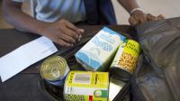 Un bénéficiaire d'aide alimentaire, le 1er août 2012 à Paris [Lionel Bonaventure / AFP/Archives]