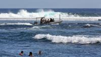 """Un écologiste de 55 ans s'est jeté à l'eau dimanche à la Réunion pour une baignade en mer prévue de deux heures et demie sur les lieux des attaques de requins, afin de prouver que le squale n'est pas dangereux pour les baigneurs mais qu'il est victime de """"propagande"""".[AFP]"""