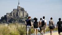 Trois mois après la fermeture des parkings qui défiguraient le mont Saint-Michel, au plus fort de l'été, les navettes reliant la côte au rocher fonctionnent mais nombre de touristes déplorent avoir tant à marcher, et en partie le long d'une zone commerciale.[AFP]