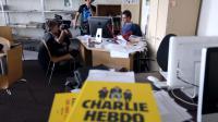 Le directeur de Charlie Hebdo Charb (d) répond à des journalistes au siège de l'hebdomadaire satirique, le 19 septembre 2012 à Paris [Thomas Samson / AFP]